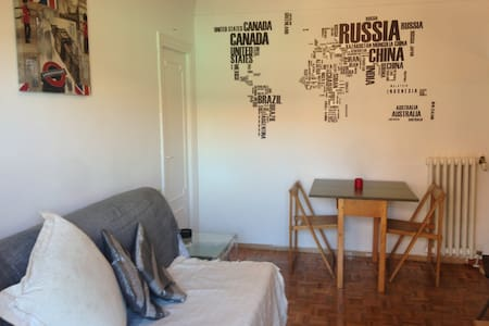BRIGHT ROOM+ WiFi +FAMOUS TAPAS BAR - 마드리드(Madrid) - 아파트