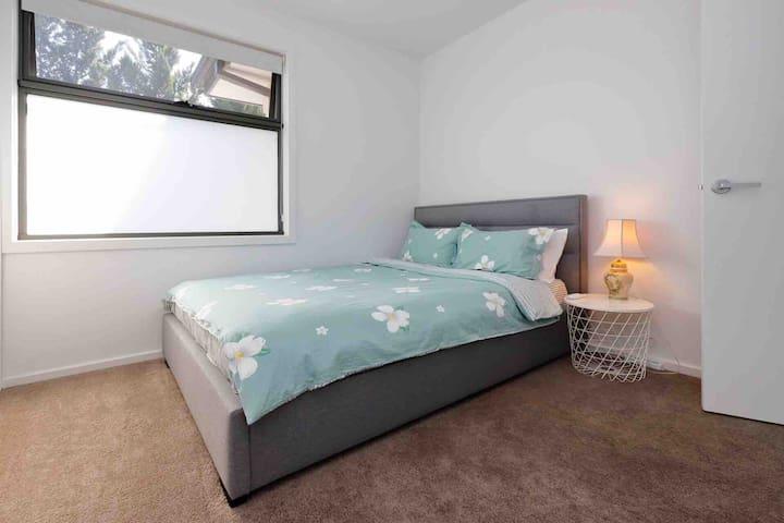 Room 3:Queen size bedroom