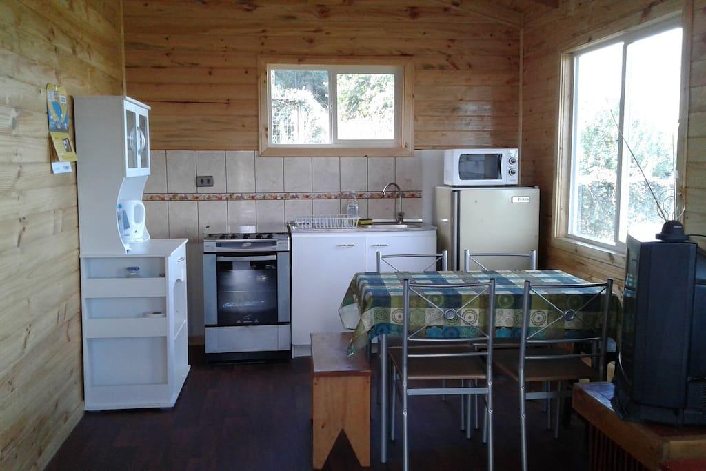 Cocina totalmente equipada con loza y servicio para 4 ó 6 personas.