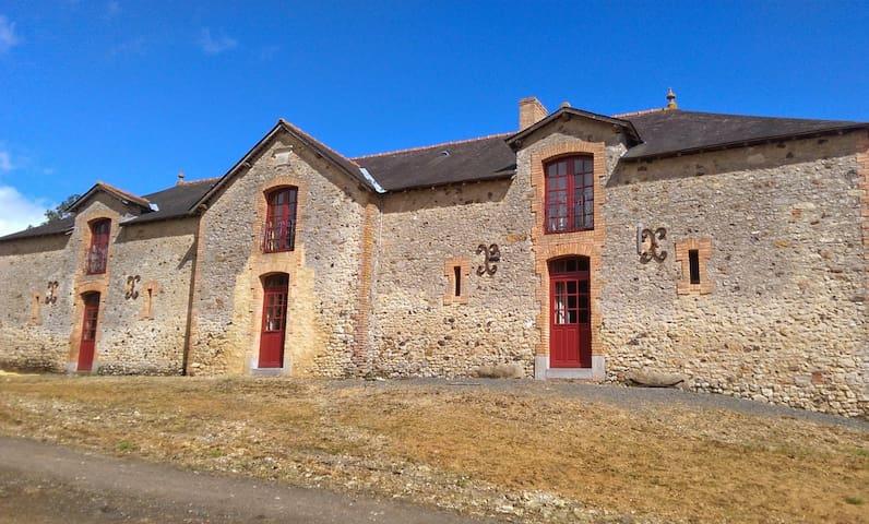 Gîte calme et très spacieux pour 12 - Fontenay-sur-Vègre - Hus