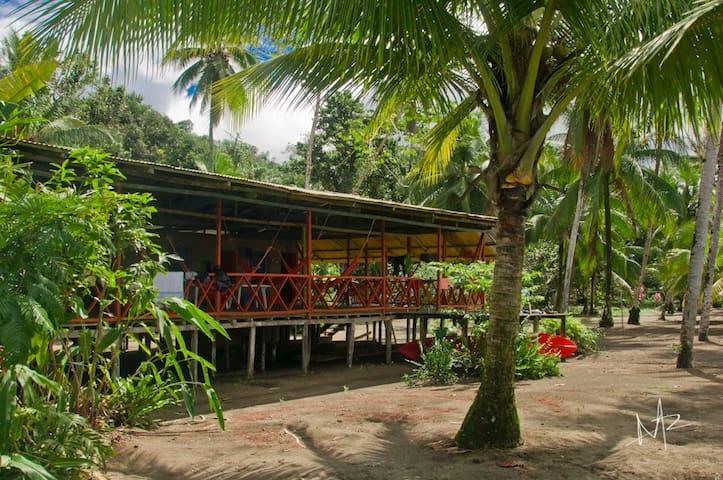Cabaña con playa privada frente al mar