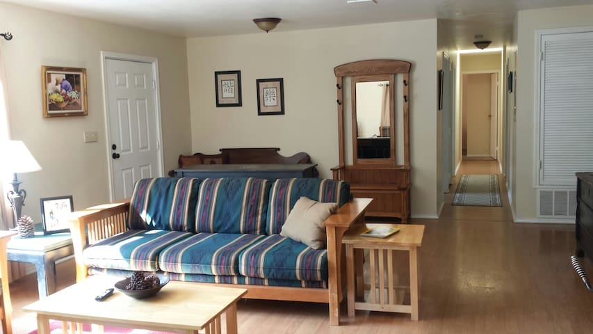 Silver Pines Chalet - Quaint 2 bd/1 bath/Sleeps 7