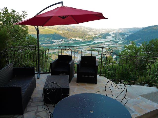 Proche Nice Appartement vue panoramique & piscine.