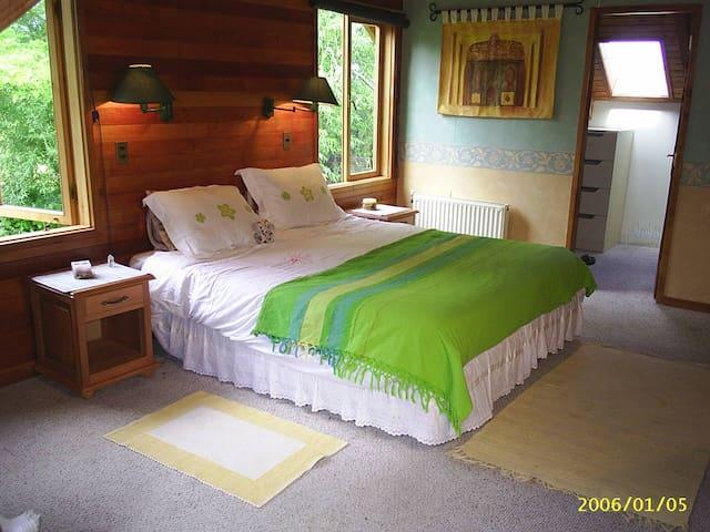 Preciosa Casa con Rio, 2 familias, 2 suites, hydro - Pucon