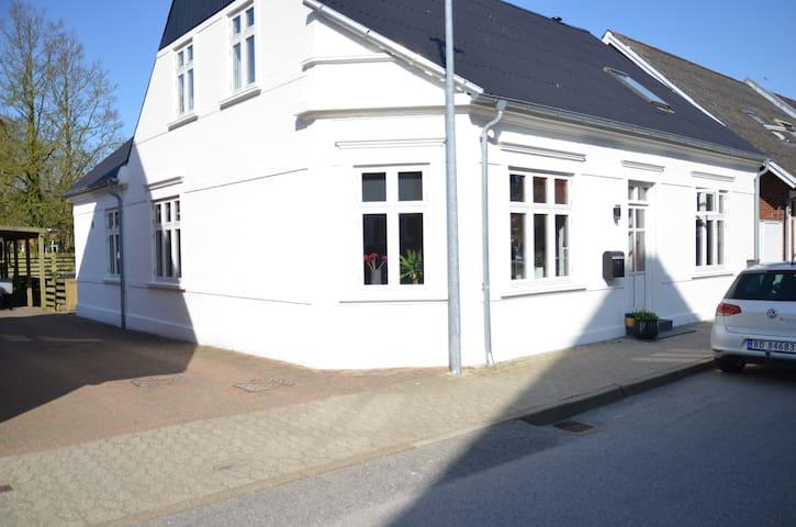 Nyttrestaurert, flott hus i sentrum av Løgstør - Løgstør - House
