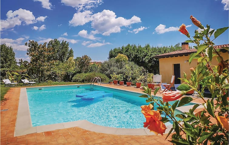 Holiday cottage with 4 bedrooms on 220m² in Sarzana (SP)