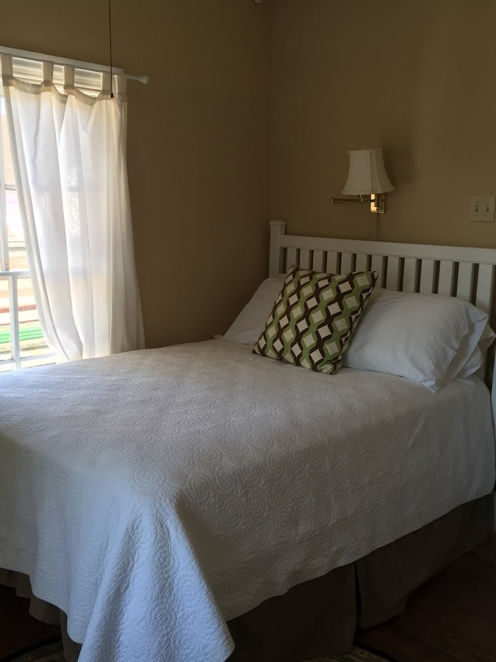 Cozy & Charming Corner Room in historic Chalfonte