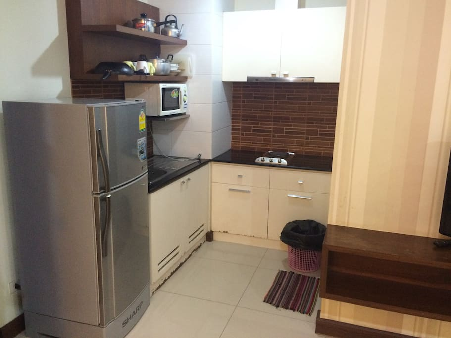 1 minute walk to BTS Ploen Chit for 5people.                 There are 2 bedrooms >1bed(king size),2beds (twin),1 flod bed. Kitchen with microwave