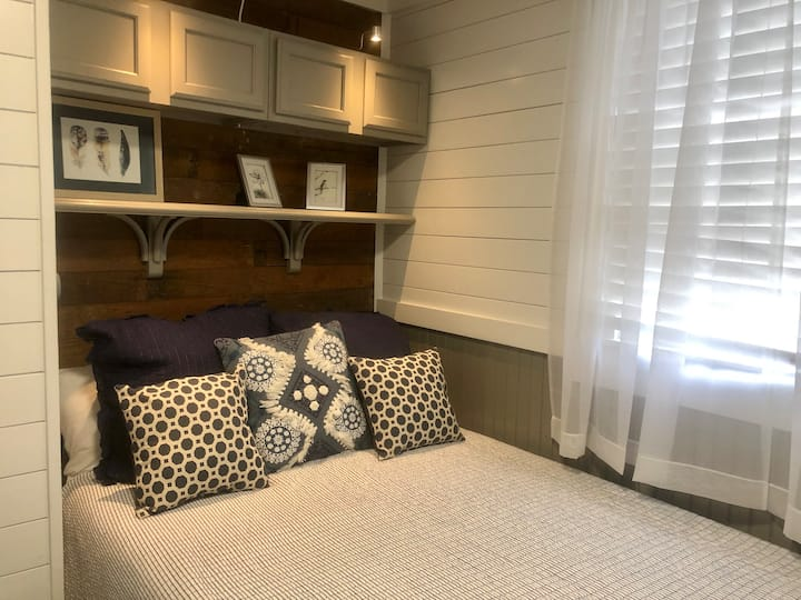 Private bedroom in 3 bedroom house in downtown