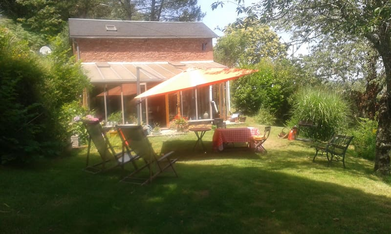 Maison & jardin en Périgord noir - Terrasson-Lavilledieu - Hus