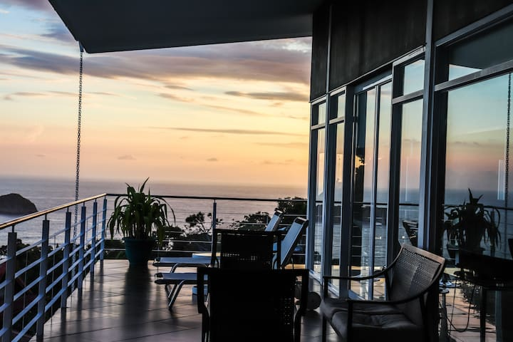 OUTSTANDING OCEAN VIEWS, PRIVATE CHEF & MONKEYS!!
