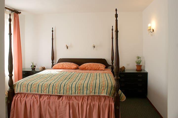 Quenn's room with private bathroom - Pobri - Casa