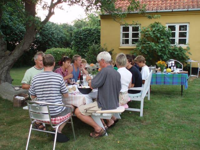Aftensmad under æbletræet