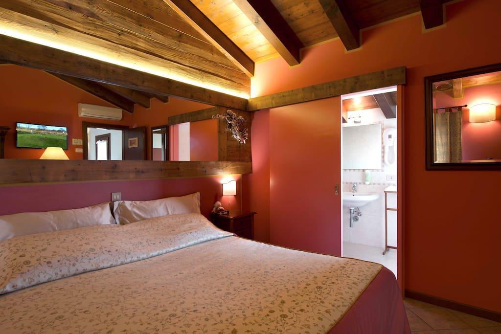 Un letto soffice e luci soffuse... l'ambiente vi coccolerà.