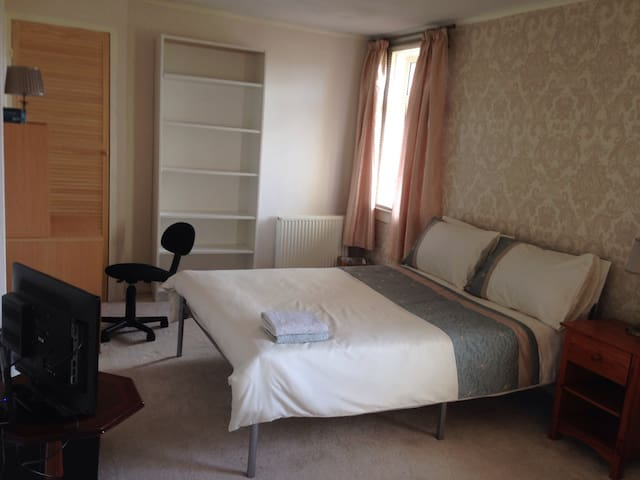 Large cosy & comfortable home close to station