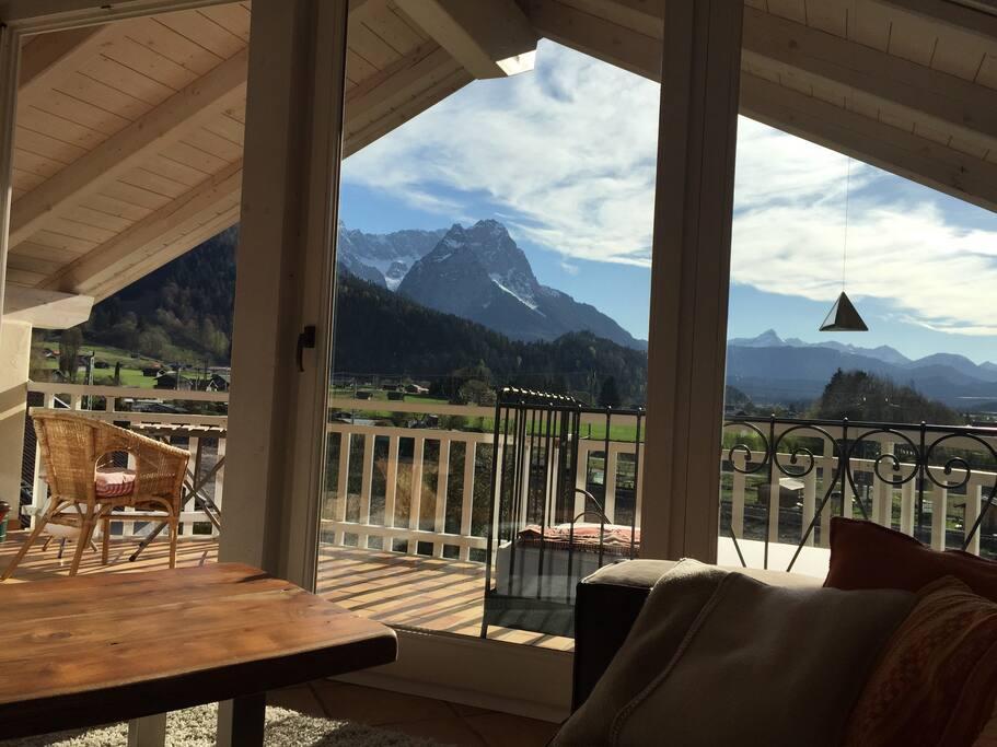 Blick auf die Zugspitze und Alpspitze vom Sofa....