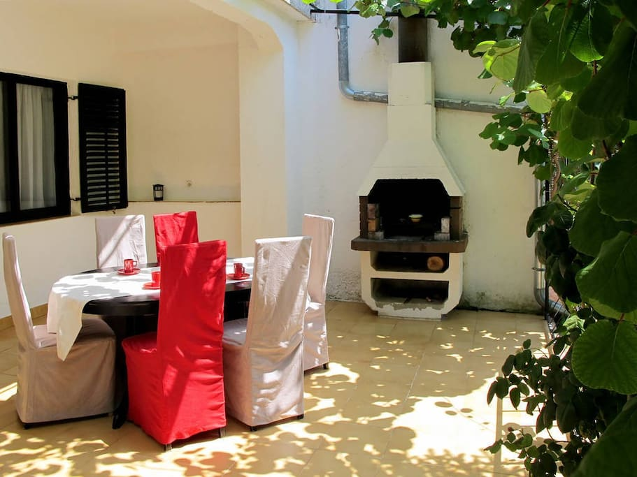 Polunatkrivena terasa,stol na razvlačenje,otvoreni grill.