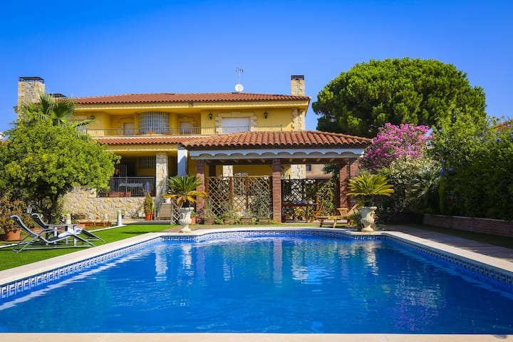 CAVET Villa with private pool and barbecue zone