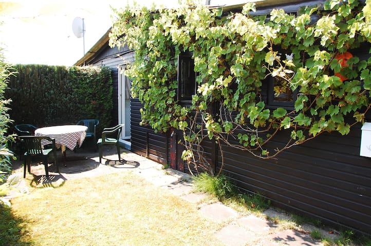 Direkt aus der Küche kann man sich einen Frühstücksplatz neben den Weinreben einrichten.