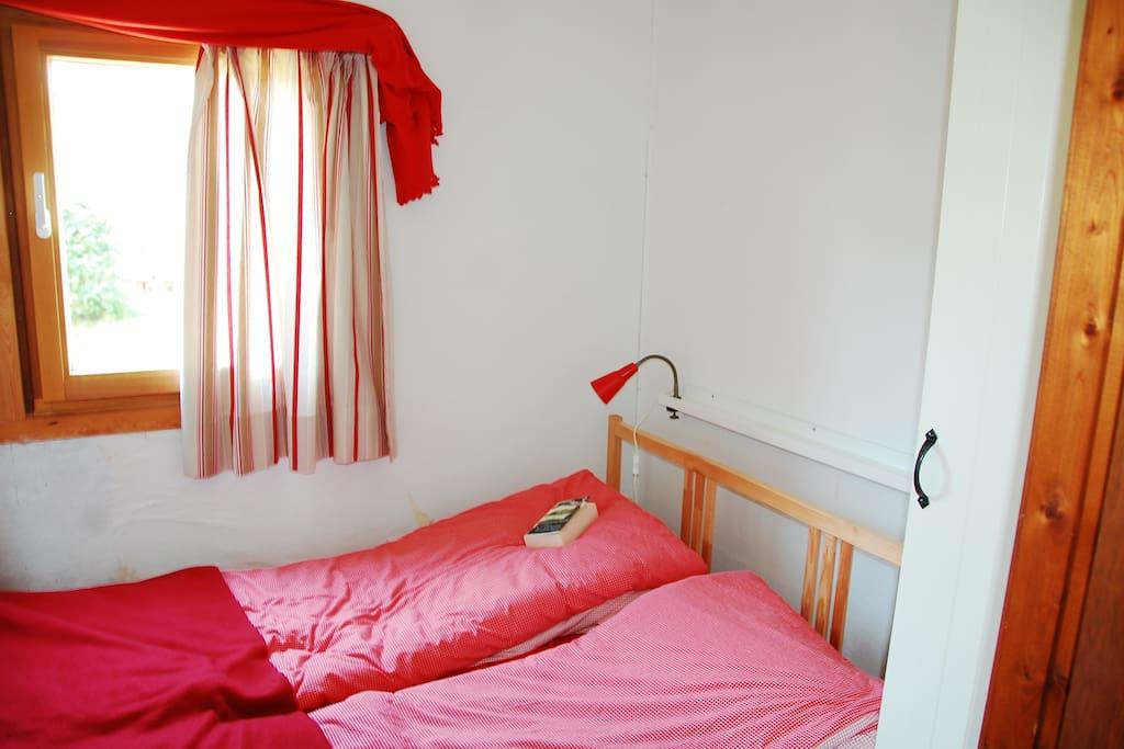 """Das """"Eltern-Zimmer"""" kaum größer als das Bett, aber riesig kuschelig."""