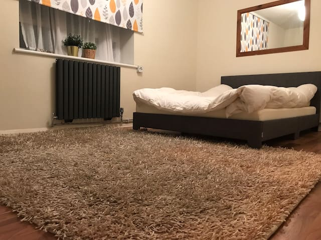 Warm, clean & cosy room in Bow E3. Close to City