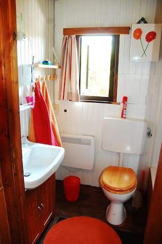 Das kleine Badezimmer - es funktioniert. Wer Angst vor kleinen Sprüngen im Emaille hat, ist hier verkehrt.
