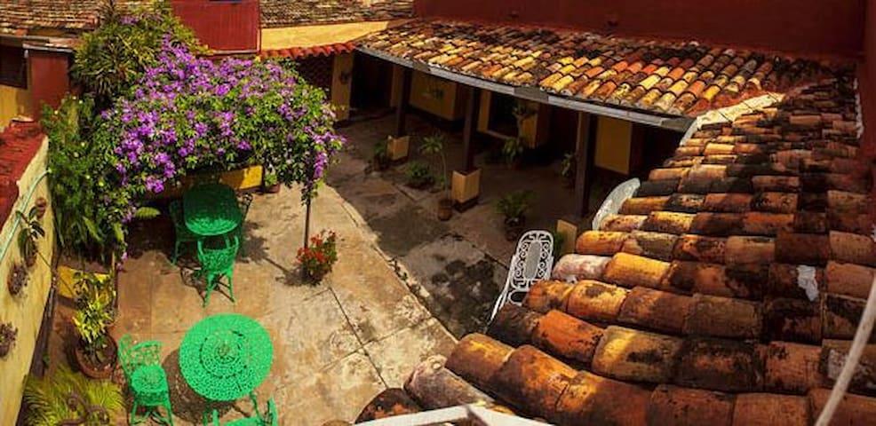 Colonial House - Fefa y Reyes (El Mirador)