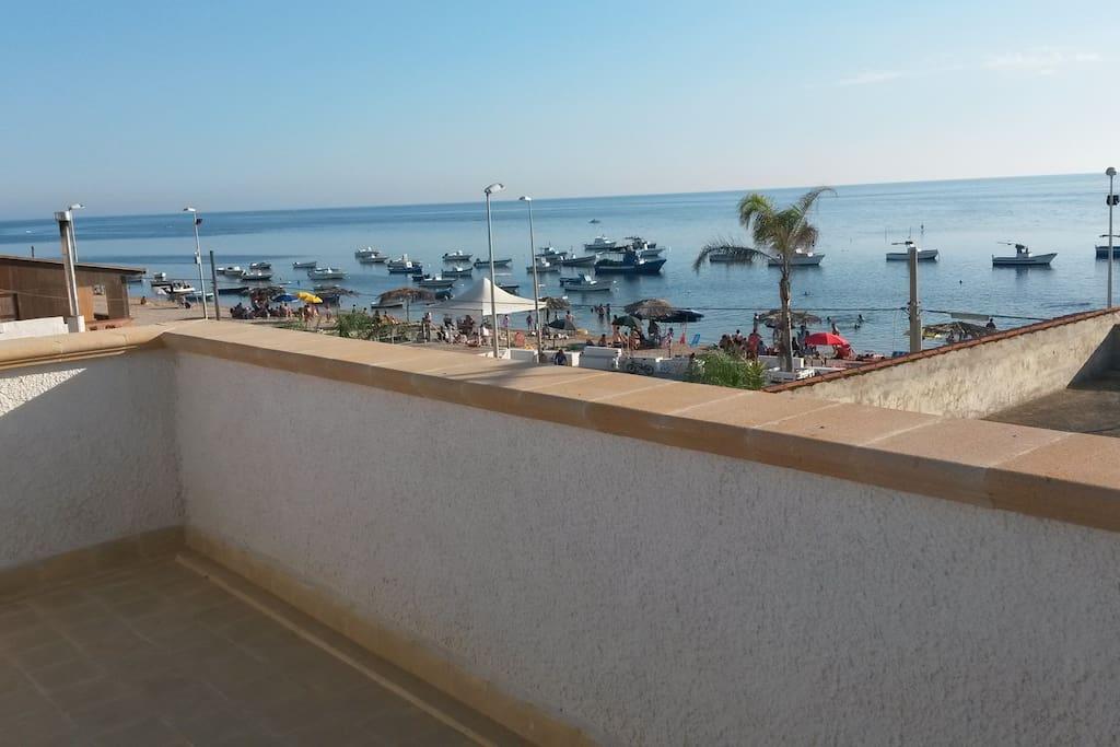 bellissimo ampio terrazzo con vista spiaggia e piazza per le manifestazioni.