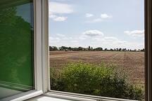 Uitzicht over het veld vanaf voorkamer boven