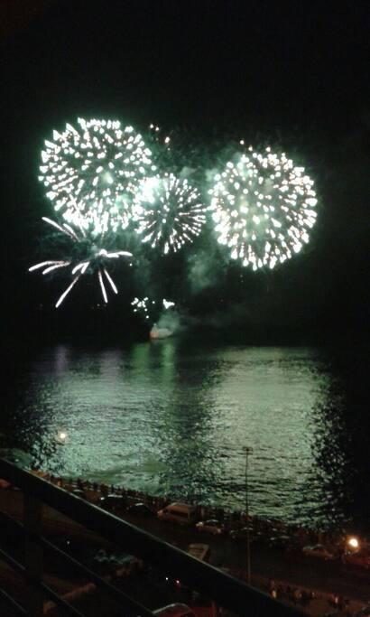 Vista de Fuegos Artificiales Año Nuevo en el Mar