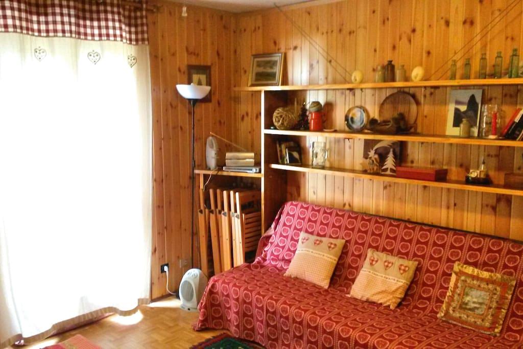 Sala. A sx porta per il terrazzo, a dx il sofà-divano letto doppio