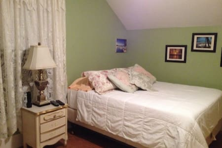 Nice clean and quiet room. - Potsdam - Casa