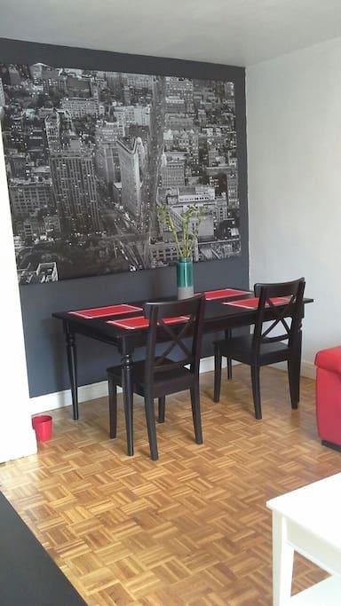 Table a manger dans un cadre agréable et éclairé.
