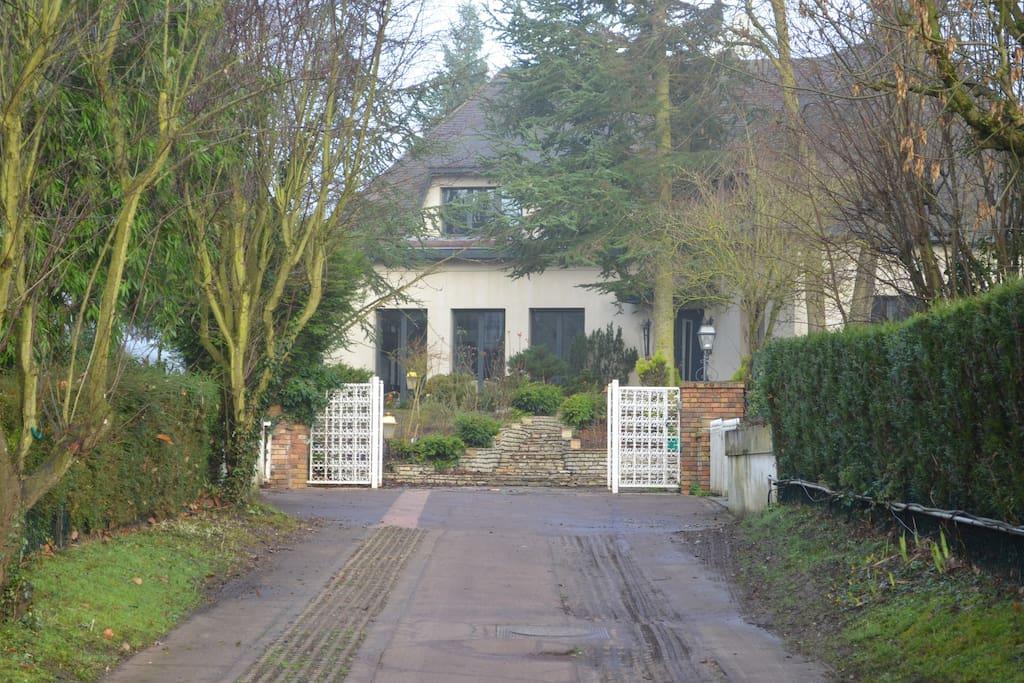 Maison avec jardin piscine couverte maisons louer - Location maison jardin ile de france colombes ...