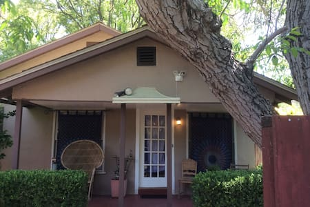 The Rock n Roll Cottage - Modesto - Talo