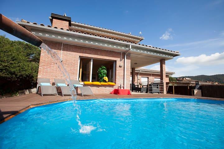 Villa 23people, two pools,wifi(fibre) direct train