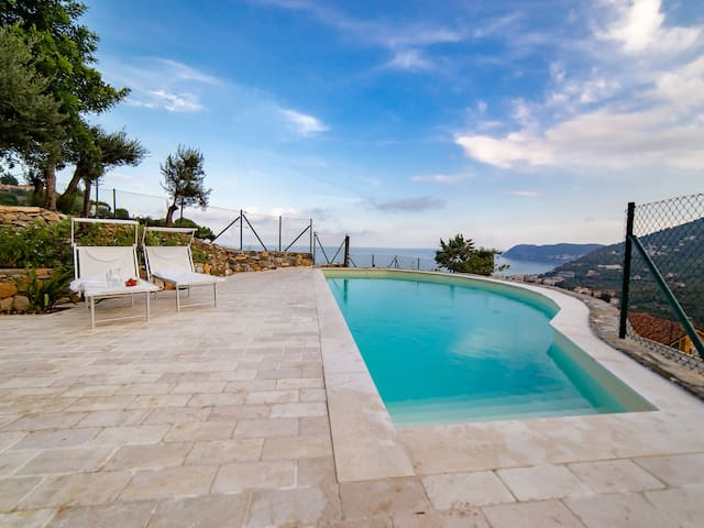 Villa Hanbury-parking and swimming pool in Alassio