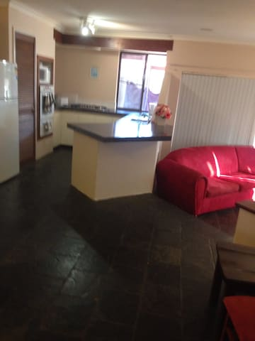 Willetton 5 bed 2 bath entire house - Willetton - Rumah