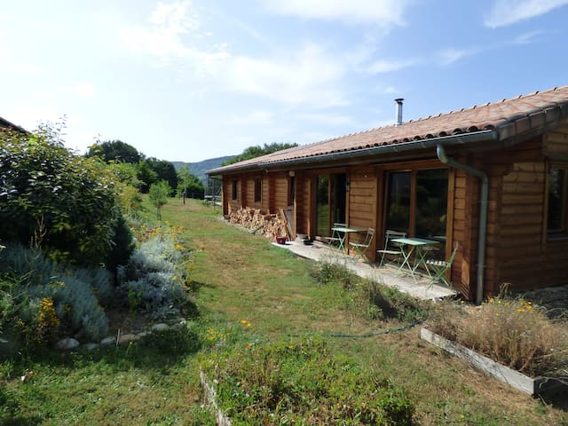 Maison écologique en bois, au pied des Pyrénées