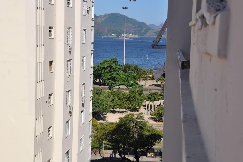 O apê fica no nono andar e tem uma vista lateral pra praia do Flamengo!