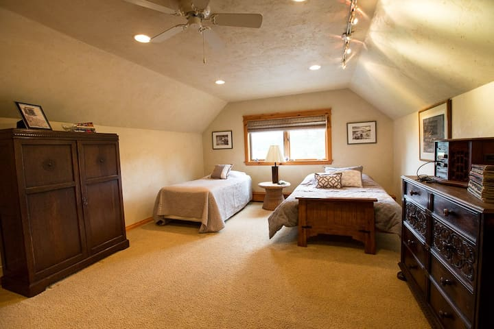 Full bed with memory foam, Twin has firm mattress.