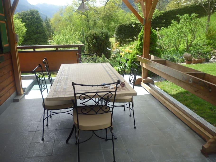 Terrasse d'été pour  déjeuners au vert et barbecues.
