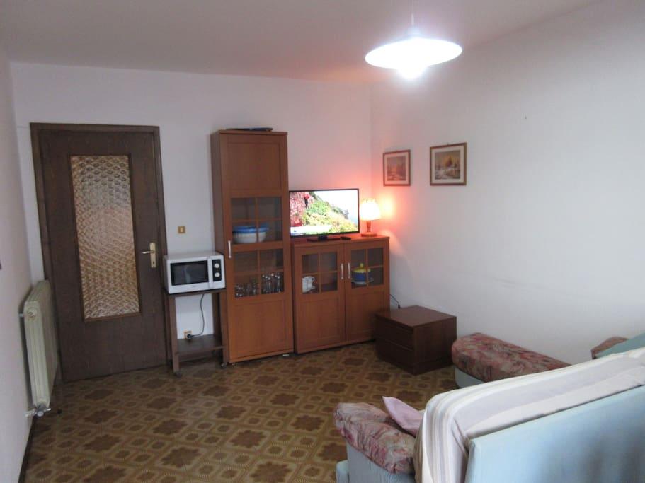 Mobile del salotto e televisione