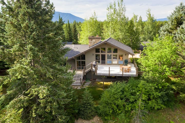 NEW! Modern Home w/Mt Views at Glacier NP Entrance