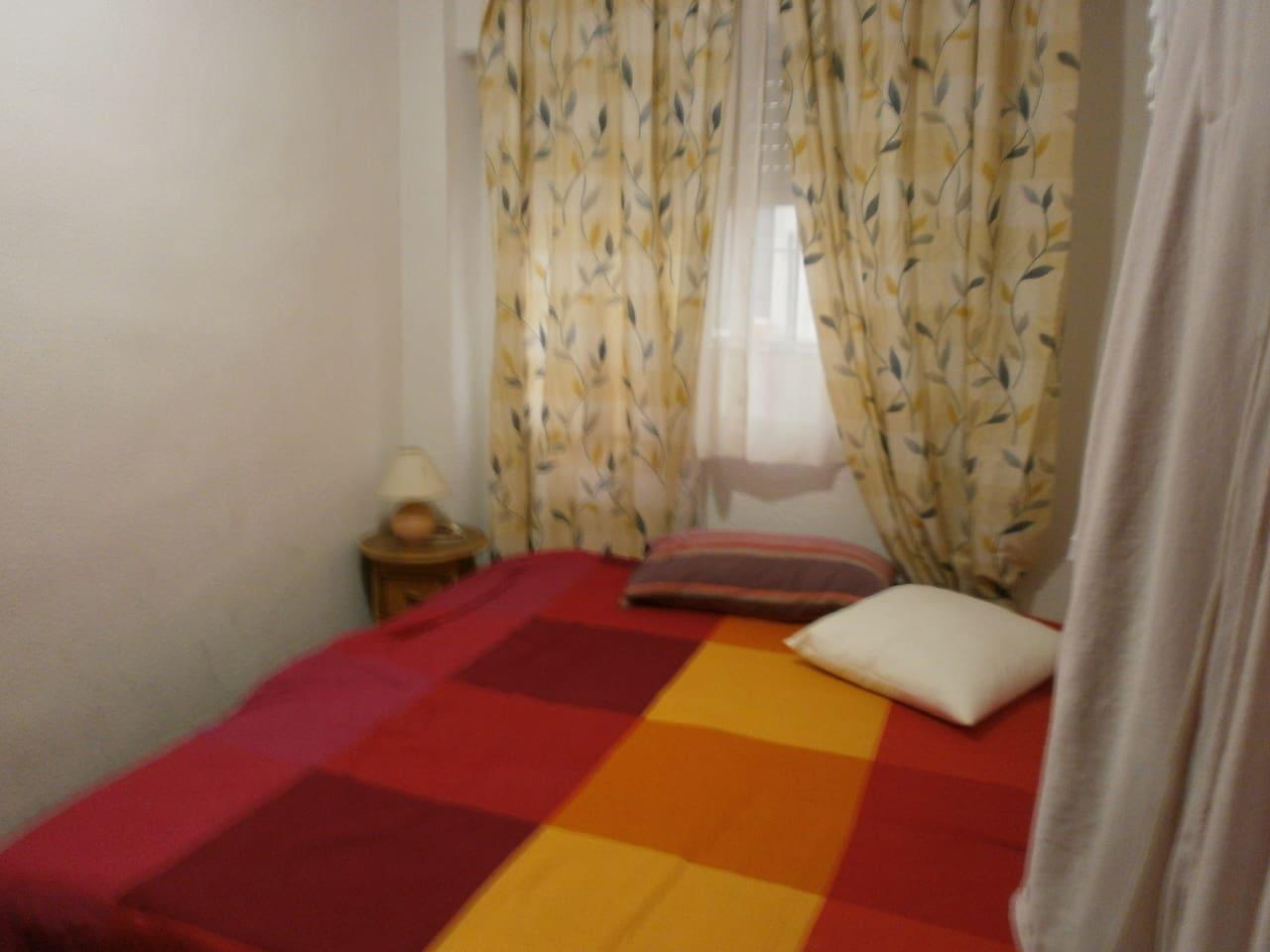 Habitación con cama de matrimornio y gran armario