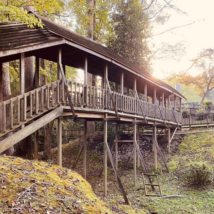 Riverfront Cottage with private bridge!