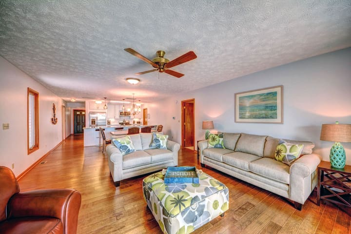 Lakefront home w/amazing view, swimming area, dock, kayaks