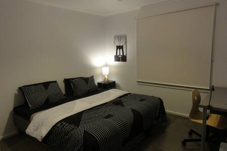 Private bedroom (2 beds) close to the CBD - Ev