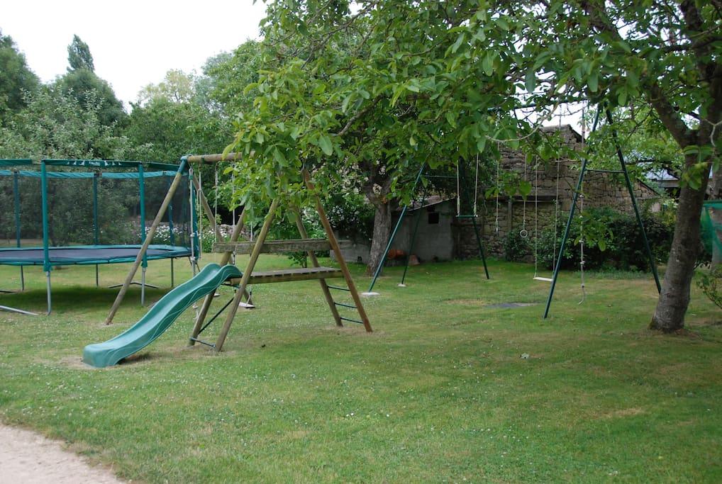 jardin avec balançoire, toboggan et trampoline