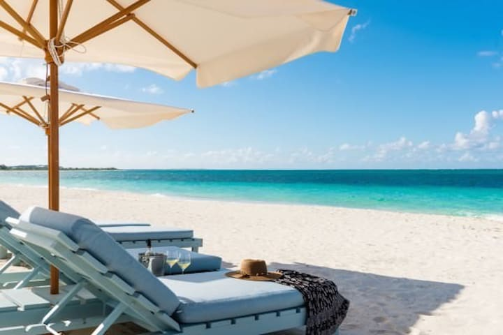 BEACHFRONT Villa - Private Pool, Walk to Dining - Caicos Islands